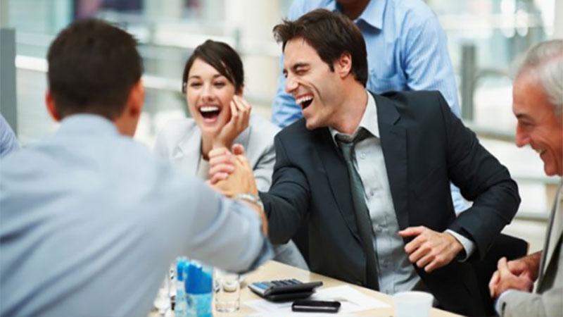İş Stresini Azaltmak İçin Gülümseyin veya Kahkaha Atın